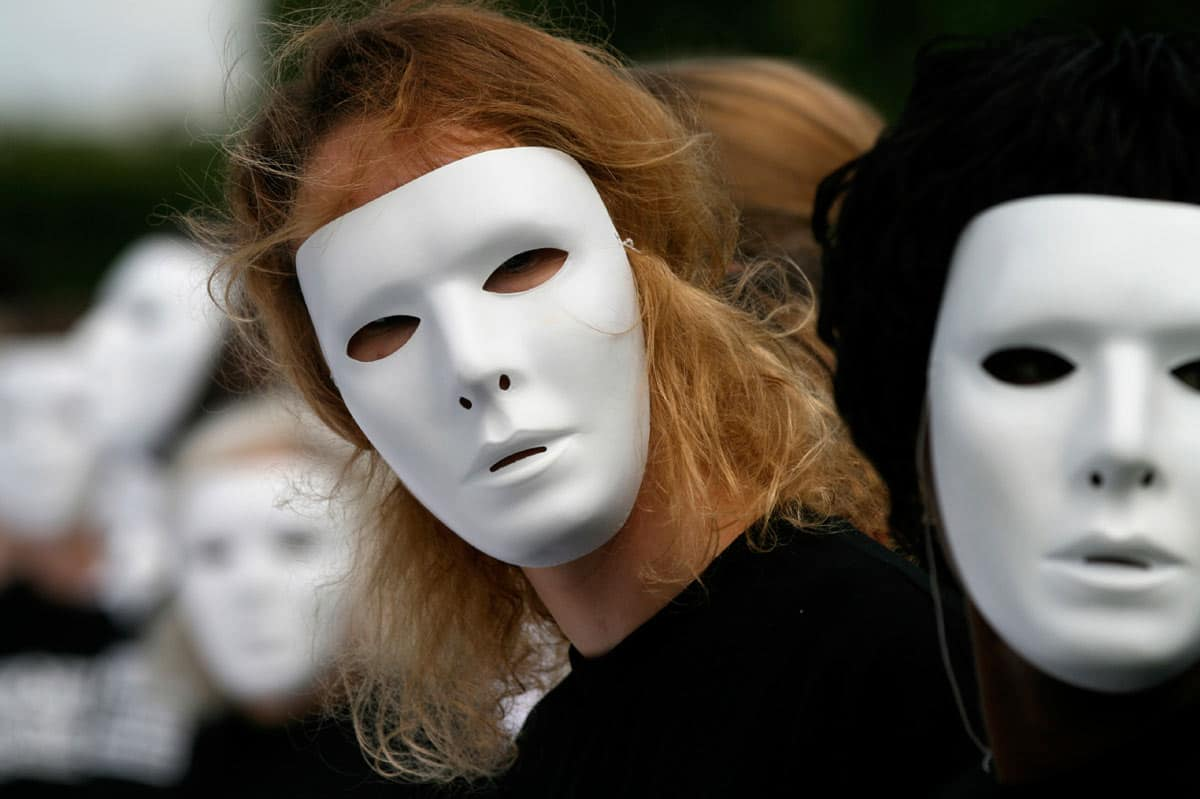Anonymity Improves Online Engagement
